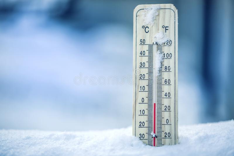το-θερμόμετρο-στο-χιόνι-παρουσιάζει-χαμηλές-θερμοκρασίες-μηδέν-στους-102786329